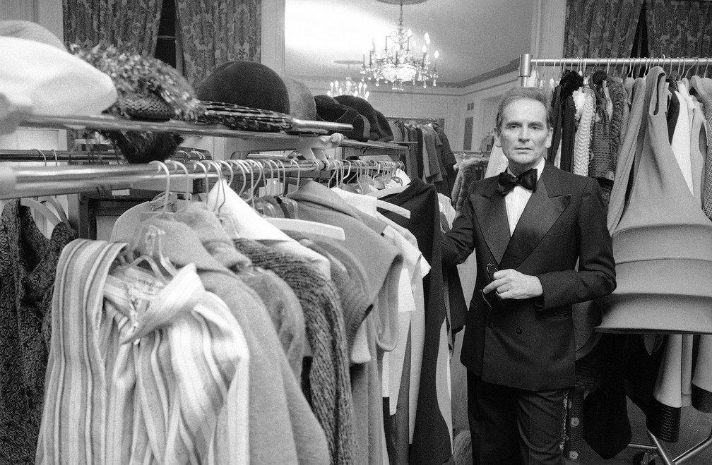 Pierre Cardin no camarim do Hotel Pierre em Nova York, em foto de outubro de 1975