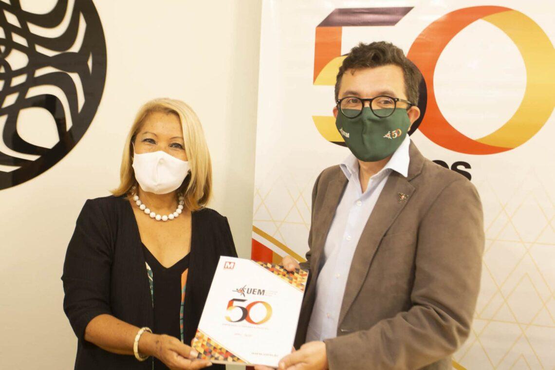 Diretora da DaD, Angela Almeida, e o reitor em exercício Ricardo Dias Silva mostram o primeiro exemplar da revista UEM 50 Anos    Foto: Heitor Marcon