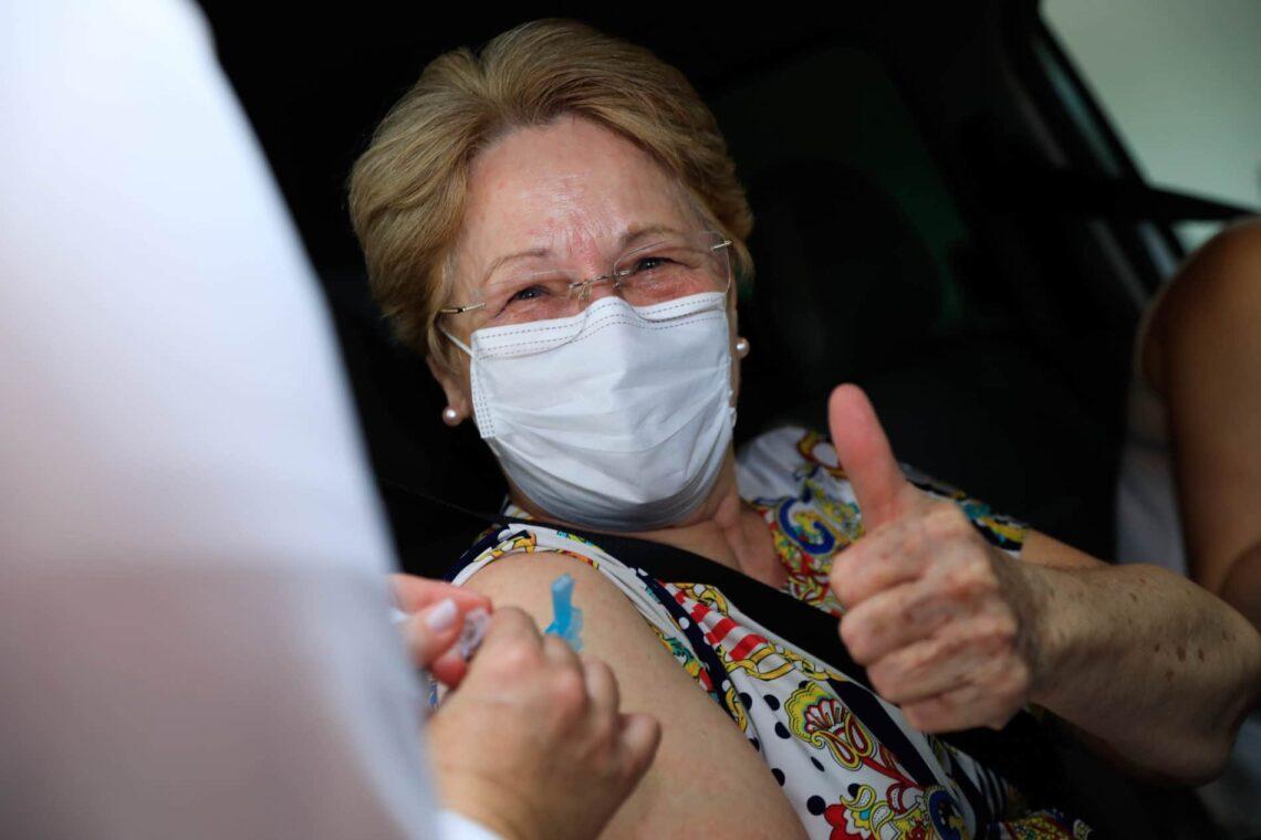 Idosos com 62 anos ou mais serão imunizados hoje em Maringá; veja o cronograma de vacinação