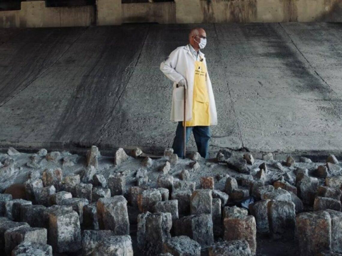 Padre Júlio Lancellotti retirando as pedras embaixo de viaduto em São Paulo, como forma de protesto. (Foto: Henrique de Campos)