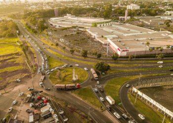 Área de acesso ao shopping Catuaí, onde será implantado o novo viaduto. (Foto: Rafael Silva)