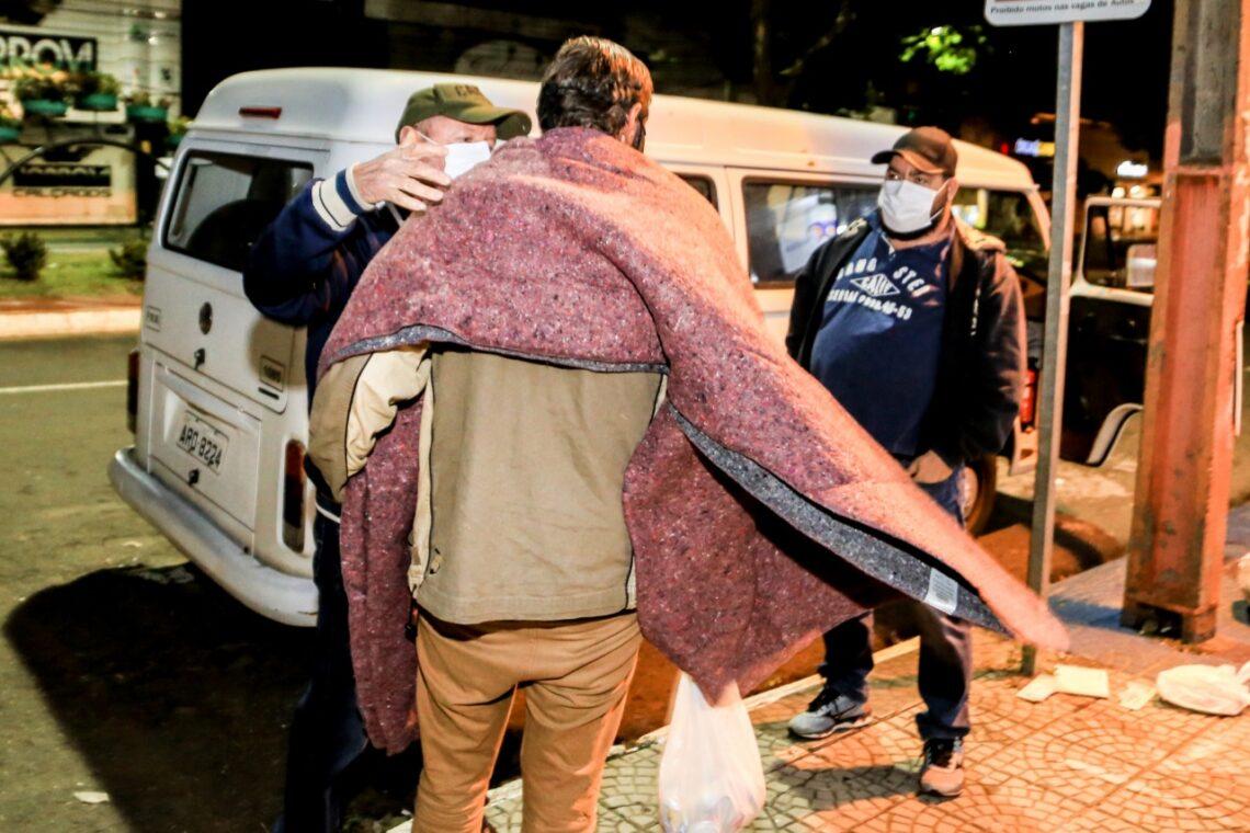 Moradores de rua de Maringá são atendidos em noites de frio