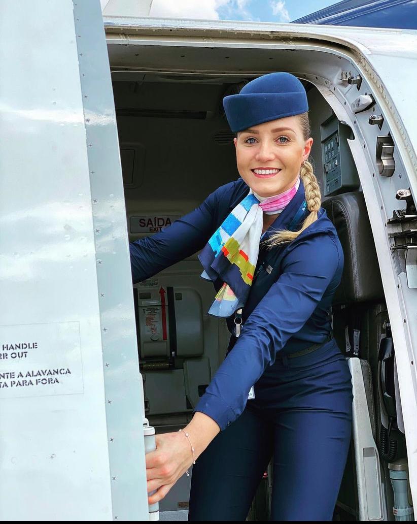 No dia da aeromoça, comissárias de bordo relatam rotina e dificuldades da vida nômade