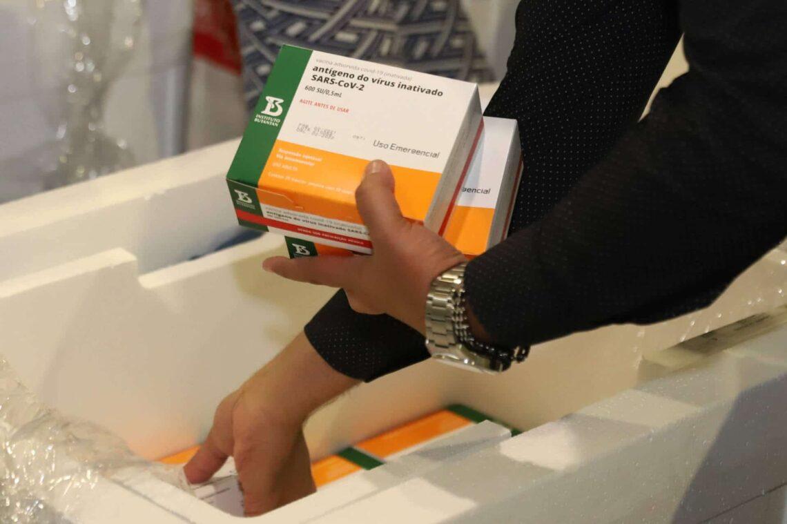 Mais 62 mil doses da vacina CoronaVac chegam ao Paraná hoje para reparos nos métodos de imunização