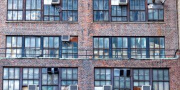 Máquinas de ar-condicionado chamam atenção em fachada / Fonte: Shutterstock