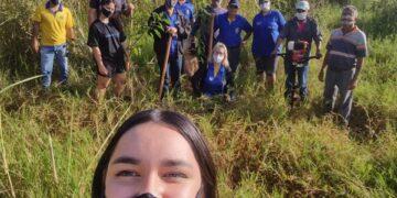 Voluntários de Santa Fé plantam 80 mudas de árvores próximo ao Rio Bandeirantes