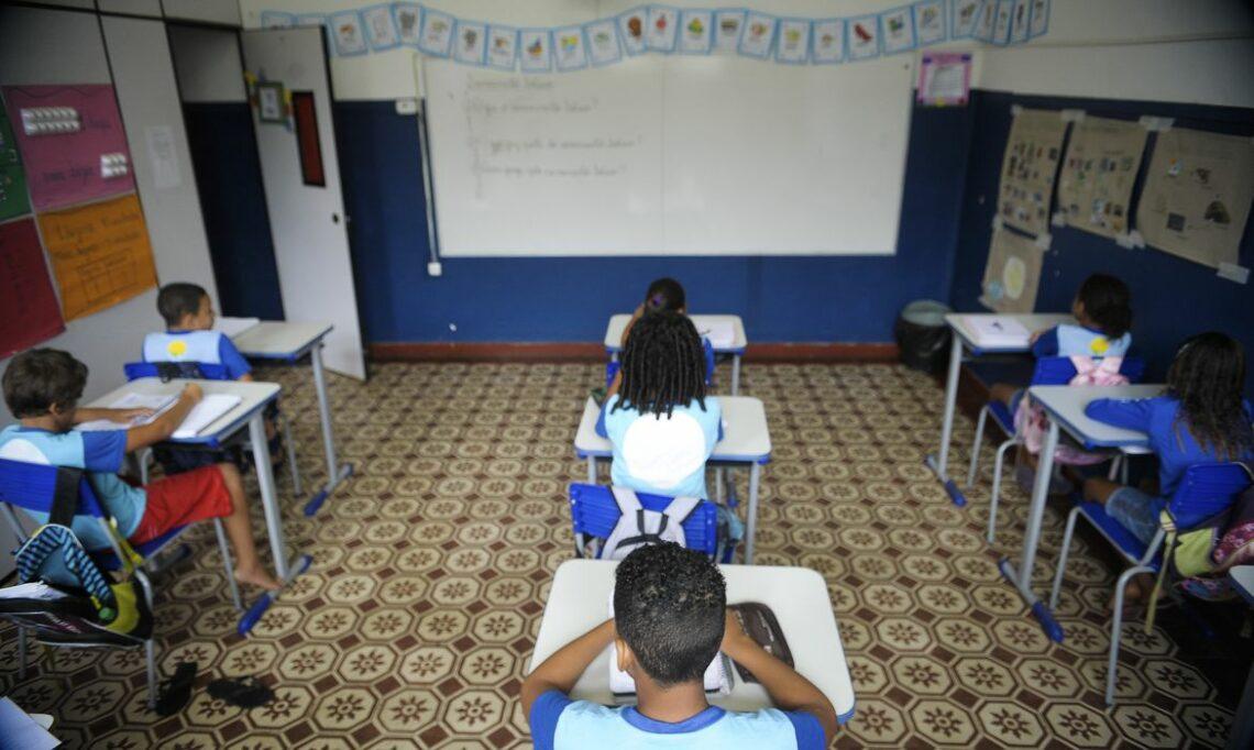 Alunos e professores das redes públicas do Brasil terão acesso à internet segundo lei