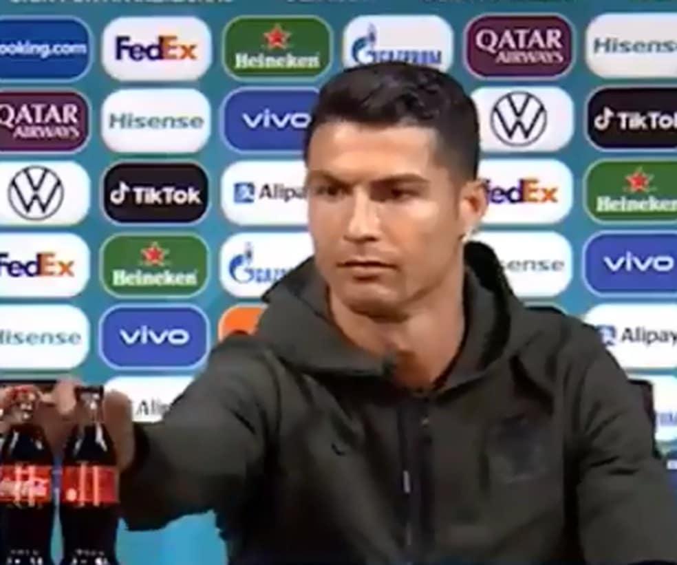 Cristiano Ronaldo retira garrafas de Coca-Cola