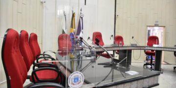 Câmara de Marialva instala divisórias de acrílico nas bancadas do plenário