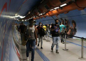 São Paulo - Usuários do transporte público na passagem subterrânea entre as estações Consolação e Paulista do metrô durante a fase emergencial da pandemia de covid-19.