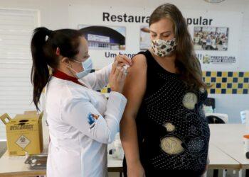 Gestantes que receberam primeira dose do imunizante da AstraZeneca devem tomar segunda da Pfizer ou CoronaVac