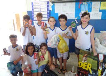 """Escola Municipal de Iguaraçu realiza projeto """"Troque lixo por leitura"""""""