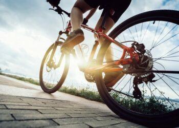 Dia Nacional do Ciclista: trabalhadores e esportistas utilizam a bicicleta como meio de transporte em ruas e avenidas, correndo riscos ao dividir espaço com veículos motorizados
