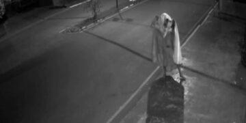 Ladrão 'fantasma' tenta quebrar porta de loja em Fênix (PR), mas desiste do furto
