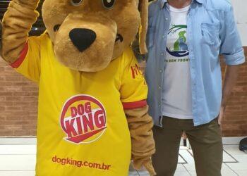 O presidente da ONG Pets Sem Fronteiras - André Sanseverino acerta todos os detalhes com o mascote Kingo. AGUARDEM!!!