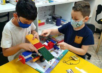 Alunos de robótica aprendem conceitos de física, força, programação e desenvolvem a criatividade