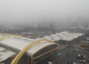 Neblina cobre o centro de Maringá nesta tarde de sexta-feira