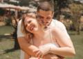 Sorrisão de orelha a orelha no dia do casamento, assim que vamos lembrar desse amor